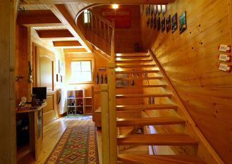 La scala in legno che vi porta alle camere
